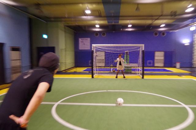 でっかい人と小さい人とのサッカー風景