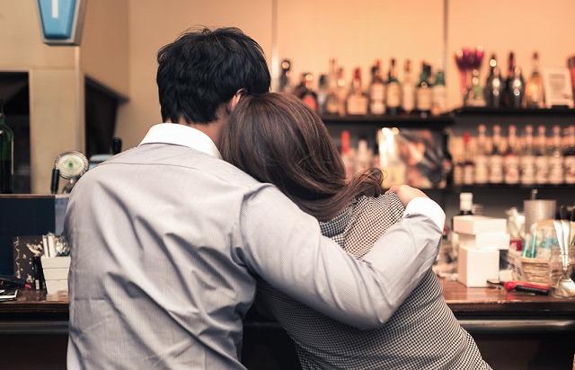 バーでよりそう二人