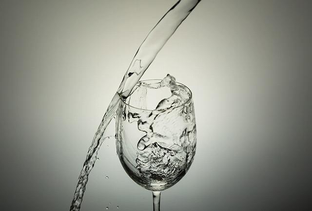 グラスにうまく水を入れることができない