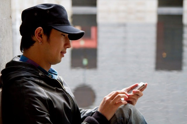 SMSを送る男