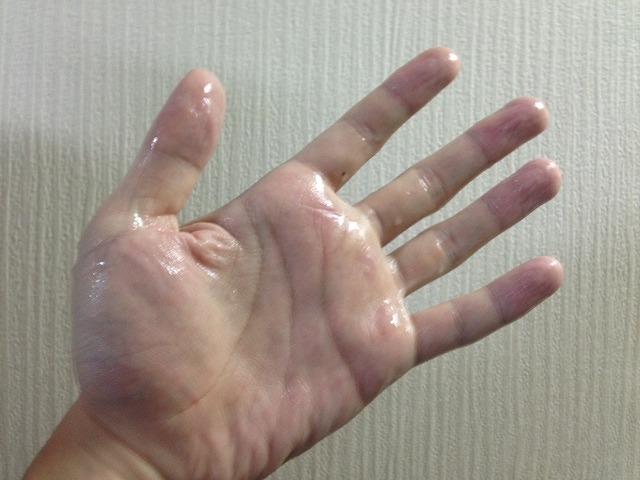 汗をかいた手
