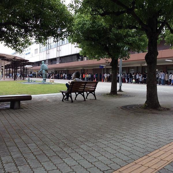 鳥取駅前にずらりとならぶオープンを待つお客さん